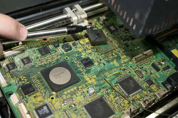 Замена BGA чипа материнской платы телевизора Pioneer с помощью инфракрасной паяльной станции
